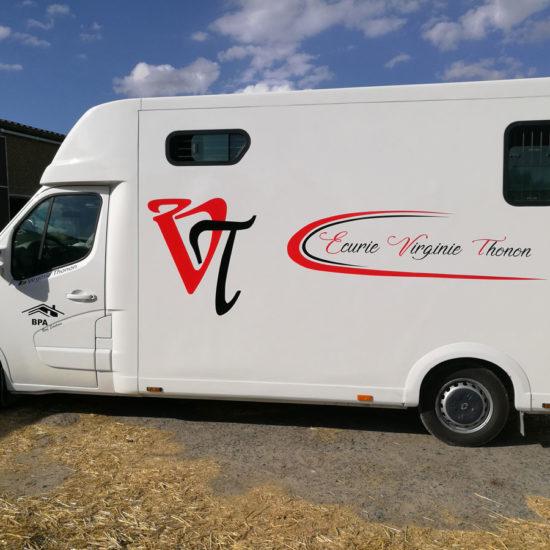 Lettrage d'un van pour l'Ecurie Virginie Thonon - Grafipix