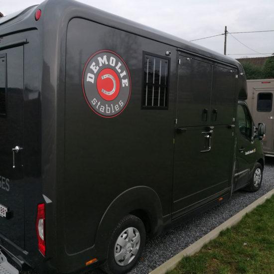 Lettrage d'une van pour les Ecuries Demolie - Grafipix