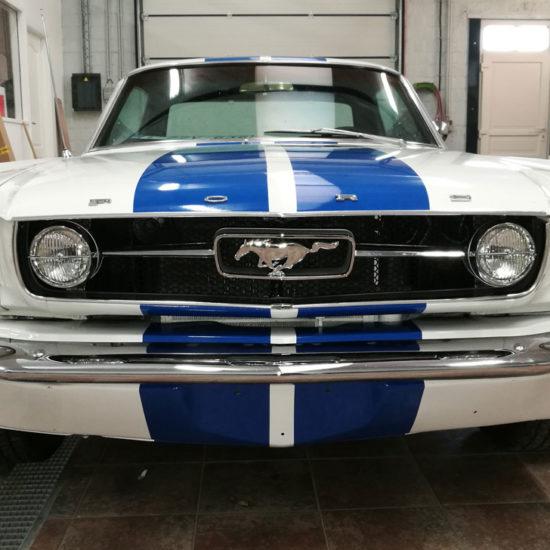Placement de bandes bleues sur une Ford Mustang - Grafipix