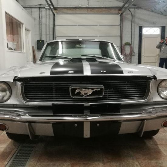 Placement de bandes noires sur une Ford Mustang - Grafipix